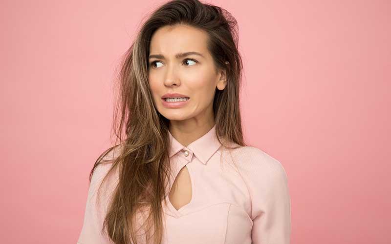 Cómo evitar el tono anaranjando en el cabello después de aclararlo